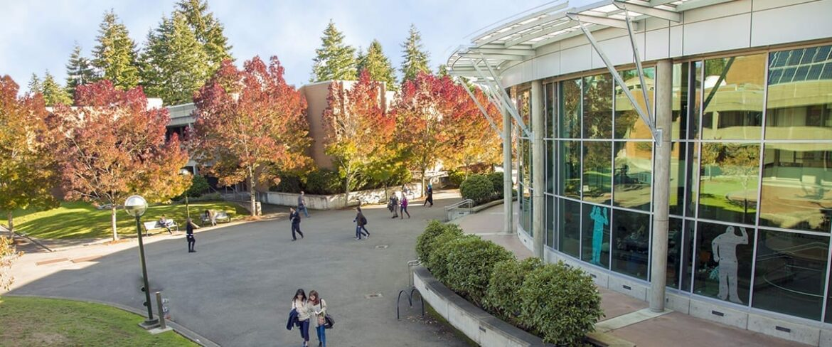 Image of Bellevue College courtyard